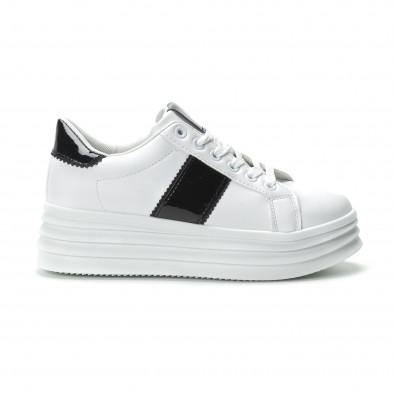 Γυναικεία λευκά sneakers με λεπτομέρειες από λουστρίνι it250119-83 2