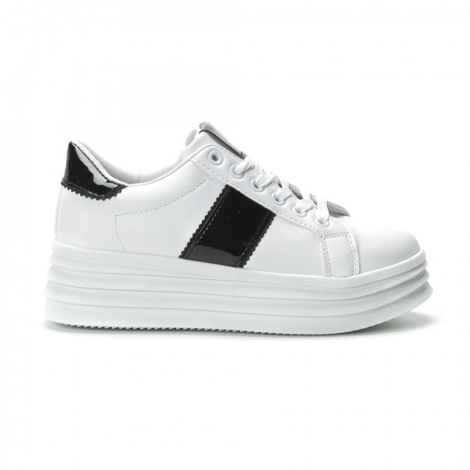 Γυναικεία λευκά sneakers με λεπτομέρειες από λουστρίνι it250119-83