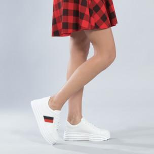 Γυναικεία λευκά sneakers με διακοσμητική λεπτομέρεια