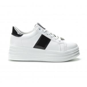 Γυναικεία λευκά sneakers με λεπτομέρειες από λουστρίνι