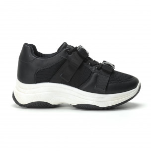 Γυναικεία μαύρα sneakers με μοντέρνο κούμπωμα