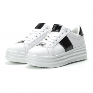 Γυναικεία λευκά sneakers με λεπτομέρειες από λουστρίνι  2