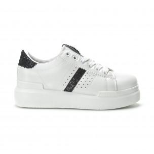 Γυναικεία λευκά sneakers με διακοσμητικές λεπτομέρειες