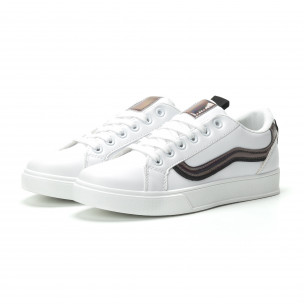 Γυναικεία λευκά sneakers με γυαλιστερή λεπτομέρεια  2