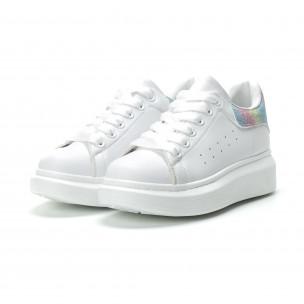 Γυναικεία λευκά sneakers με πολύχρωμη λεπτομέρεια  2