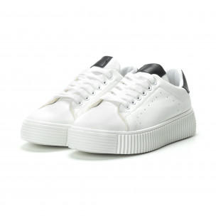 Γυναικεία λευκά sneakers με μαύρη λεπτομέρεια  2