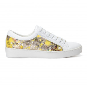 Γυναικεία λευκά sneakers από οικολογικό δέρμα με πέρλες και κίτρινα μοτίβα