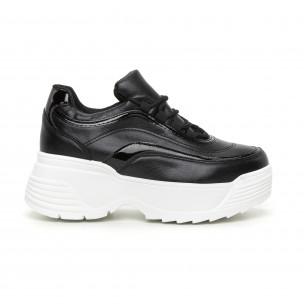 Γυναικεία μαύρα αθλητικά παπούτσια με λεπτομέρειες από λουστρίνι