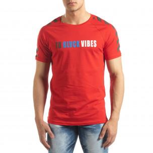 Ανδρική κόκκινη κοντομάνικη μπλούζα με λεπτομέρειες στα μανίκια  2